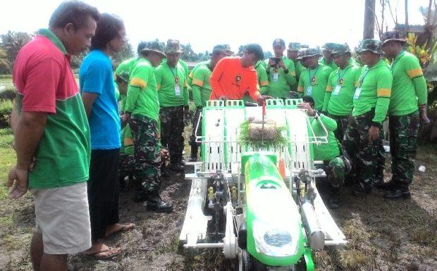 100  Anggota TNI Dilatih Gunakan Mesin Penanam Padi