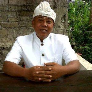 Nengah Edy Mulianto, penggangas kursus Bahasa Inggris gratis di warungnya