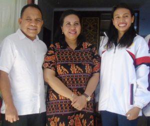 Maria Londa (kanan) bersama Gubernur Frans Lebu Raya dan istri