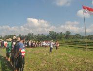 Masyarakat Pagi Upacara Bendera di Tengah Sawah
