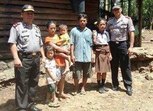 Waka Polres Jembrana Kompol Anak Agung Rai Laba (kanan) bersama Kapolsek Melaya Kompol Ketut Darmita mengunjungi Ni Luh Madri