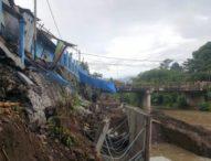 Pekerja Proyek Sembrono, Senderan Gedung Futsal Jebol– Rekanan PT Sanur Jaya Utama Terancam Digugat