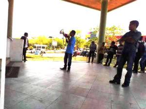 Aksi protes maahsiswa di depan rektorat UKAW