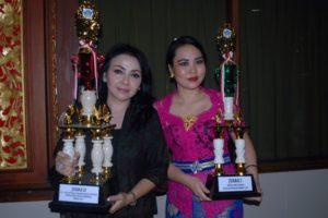 Ny. Selly Mantra dengan piala juara 2 Bunda PAUD.