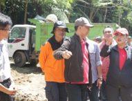 Peduli Bencana, Bupati Eka Pimpin Kerja Bakti di Pura Teratai Bang, Bedugul
