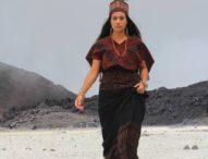 Model Cantik Fiona Callaghan Rela ke Puncak Ile Ape