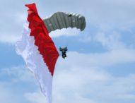 Pasukan Penerjun Payung Terkesima Pulau Kerang Lewoleba