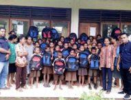 JhonyPlate Bantu Tas Sekolah dan Alat Tulis untuk Dua SD di Sikka