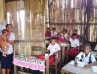 Loyalitas Guru Honor di Daerah – Guru Gendong Anaknya yang Sedang Sakit Sambil Mengajar