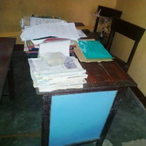 Meja guru ditumpuk semua dokumen karena tak ada lemari