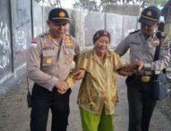 Aksi Polisi Bantu Pemilih Disabilitas di TPS Bernuansa Valentine