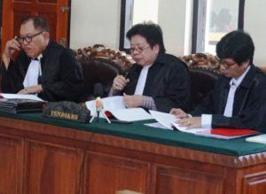 Tim penasihat hukum Sarah Connor. Dari kiri: Erwin Siregar, Robert khuana dan Ketut Ngastawa