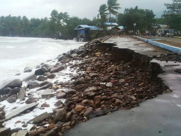 Jalan Masuk Putus, Dermaga Ferry Geliting Ambruk Diterjang Gelombang