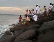 Jelang Nyepi, Ribuan Umat Hindu Bali Gelar Upacara Melasti