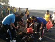 Jelang Melasti, Ratusan Warga Kerambitan Bersihkan Pantai Pasut