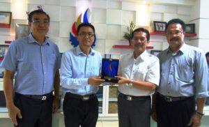 Dadang Hermawan menyerahkan plakat STIKOM Bali kepada Prof. Liu Cheng disaksikan Made Sarjana dan Tjia Sutikno Wibowo.