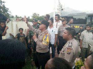 Kapolres Flotim AKBP Arri Vaviryanto menenangkan massa Boru dan Purulera