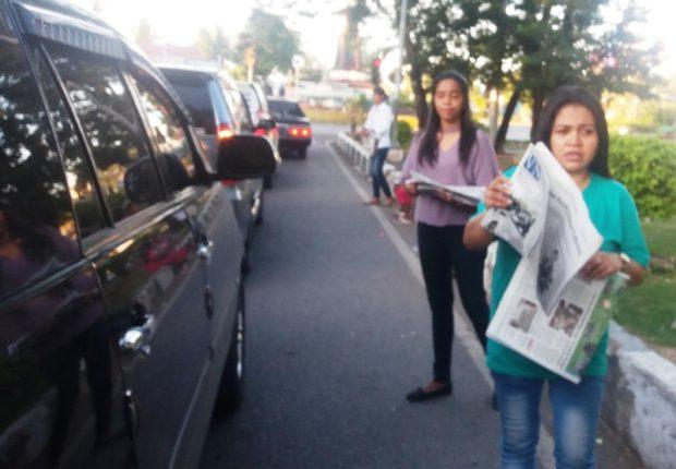 Aksi Berkebaya dan Jualan Koran Wanita Kupang Peringati Hari Kartini
