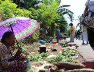 Proyek Pasar LarantukaBelum Rampung, Pedagang Jualandi Atas Sampah dan Berjemuran Panas Matahari