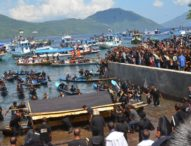 Patung Yesus Disalibkan Diarak Ribuan Peziarah dalam Ritual Prosesi Laut