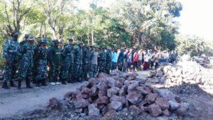 Kebersamaan prajurit dan masyarakat daldm TMMD 98 di Sikka