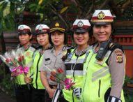 Peringati Hari Kartini, Polwan Polda Bali Turun ke Jalan Bagikan Bunga Mawar