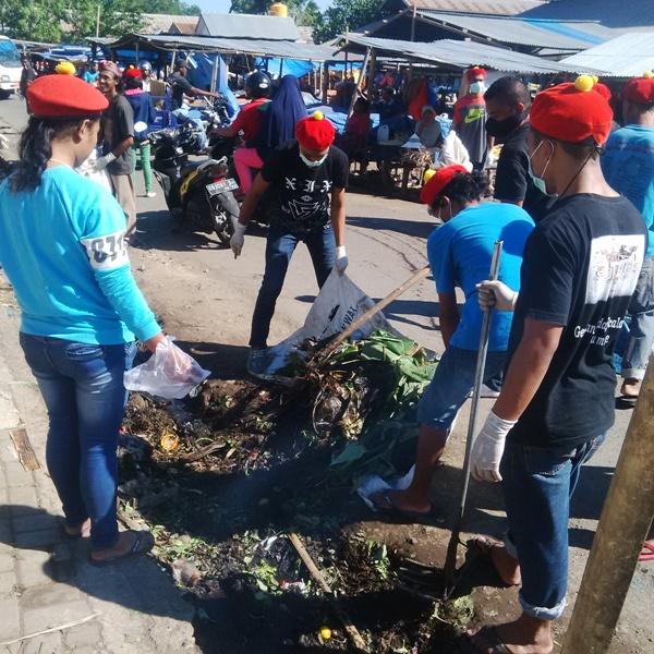 PMKRI Sikka Bhakti Sosial Membersihkan Sampah di Pasar Maumere