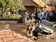 Astaga Belajar Mobil, Malah Mobil  Nyungsep di Atap Pura
