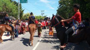 Pasukan berkuda saat mengantar Bupati TTU mendaftar ke PDIP. Foto: bnn/amar ola keda.