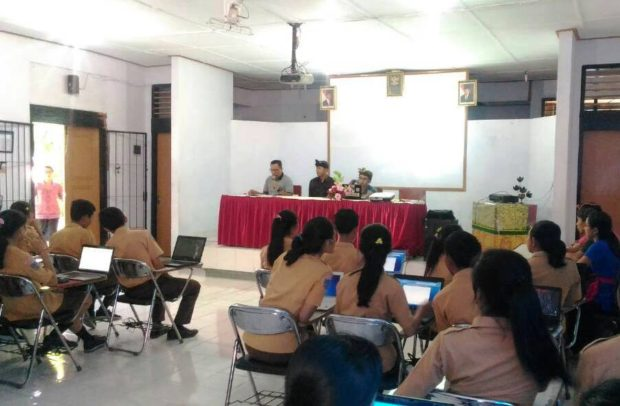 "Penyuluh Bahasa Bali ""Bumikan"" Bali Simbar di SMA/SMK se-Jembrana"