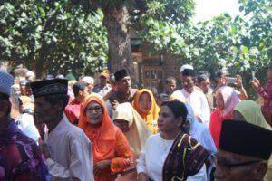 Warga Kota Lohayong menjemput bupati dan istri.