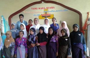 Pastor Amatus Witak bersama umat Islam Witihama, Adonara, Flotim