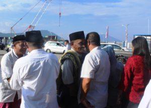 Bupati Anton Gege Hadjon dan Wakil Bupati Agus Payong Bolu (membelakangi lensa) meyalami umat Islam usai sholat Id.