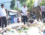 Geram Sampah Menggunung, Wabup Flotim Damprat Kadis Lingkungan Hidup Lalu Bersihkan Sampah