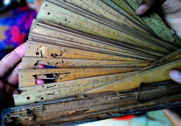 """""""Ngebeg"""" Lontar di Dua Kecamatan, Penyuluh Bahasa Bali Jembrana Temukan Banyak Lontar Rusak"""