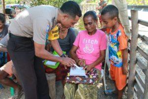 Brigpol Kresna Ola mengajari eks warga Timtim membaca dan menulis