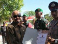 Brigpol Krispianus Raih Penghargaan – Berjasa Entaska Buta Aksara di Perbatasan RI – Timor Leste
