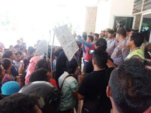 Mahassiwa Unive PGRI Kupang demo DPRD NTT
