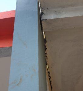 Salah satu sisi bangunan retak