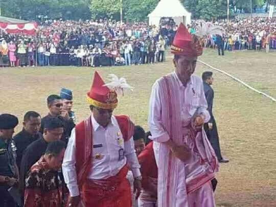 Kuda dan Parang Kado Untuk Jokowi di Sumba