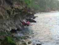 Pemancing Terjebak Air Pasang di Karang Bali Clift