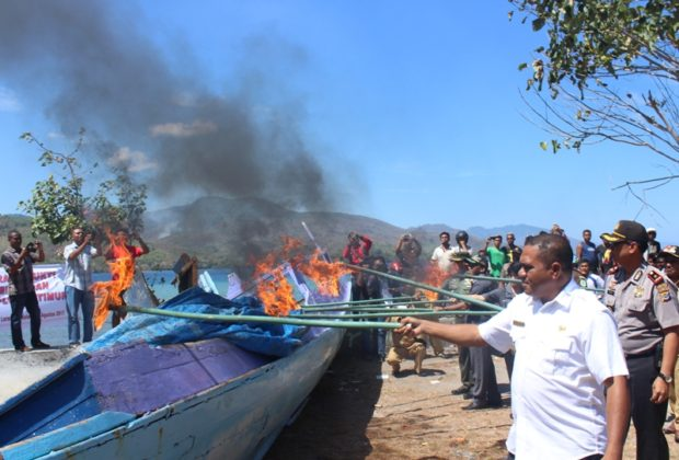 Dua Kapal Pengebom Ikan Dibakar – Terpidana Ungkapkan Tobat di Depan Bupati dan Wabup Flotim