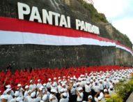 Bendera Merah Putih Kelilingi Tebing Pantai Pandawa, Bali Raih Rekor MURI