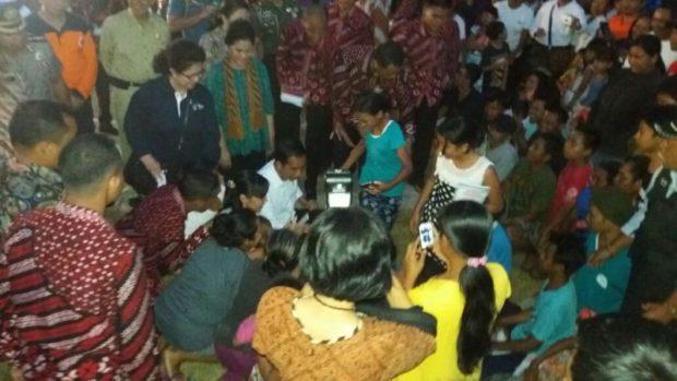 Sambangi Pengungsi Gunung Agung, Jokowi Serahkan Bantuan Rp 7,2 Milyar