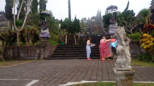 Pasca Ditutup, Turis Asing dan Lokal Nekat Sembahyang di Pura Besakih