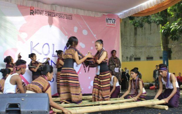 Tarian Gawi Au Panusa Malang Meriahkan Kola Komu Festival Fisipol Unmer