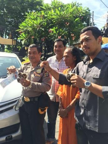 Bergaya Preman Ormas: Sopir Taksi Online Ini Terciduk di Jalanan
