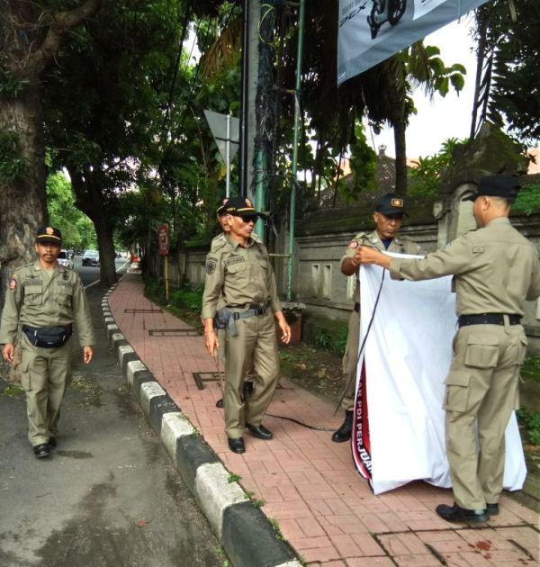 Puluhan Baliho Kadaluwarsa di Denpasar 'Diberangus'