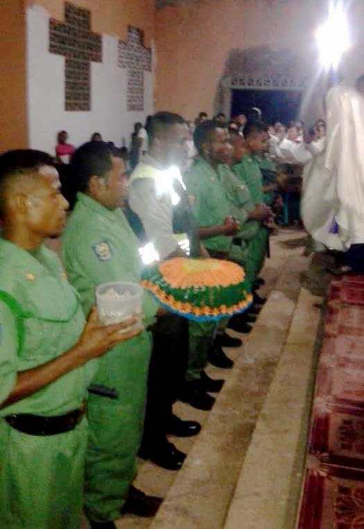 Misa Kamis Putih di Gereja Lamaojan,  Anggota Bhabin  dan Linmas Melayani