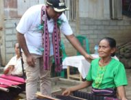 Kunjungi Penenun Desa Kalike, Wabup Ajak OMK Solor Peduli Kaum Kecil